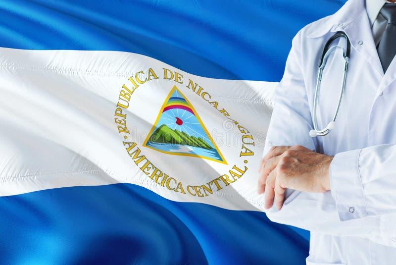 Nicaraguan Arts die zich met stethoscoop op de vlagachtergrond van Nicaragua bevinden Het nationale concept van het gezondheidszo stock afbeeldingen