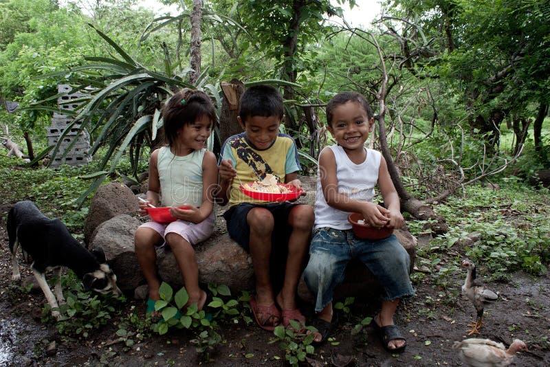 Nicaraguan kinderen in lunchtijd stock foto