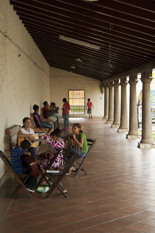 Nicaraguan Lessen Van De Gitaar Redactionele Fotografie