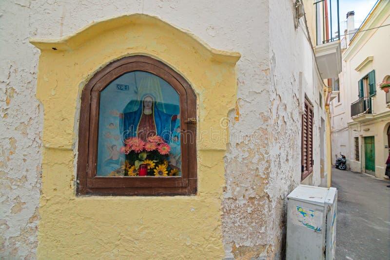 Nicchia com os altares nas aleias do centro histórico da bílis imagem de stock royalty free