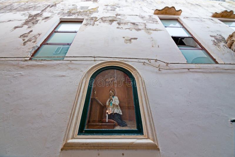 Nicchia com os altares nas aleias do centro histórico da bílis fotografia de stock