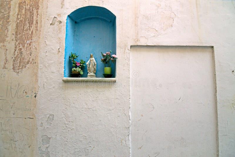 Nicchia com os altares nas aleias do centro histórico da bílis fotos de stock