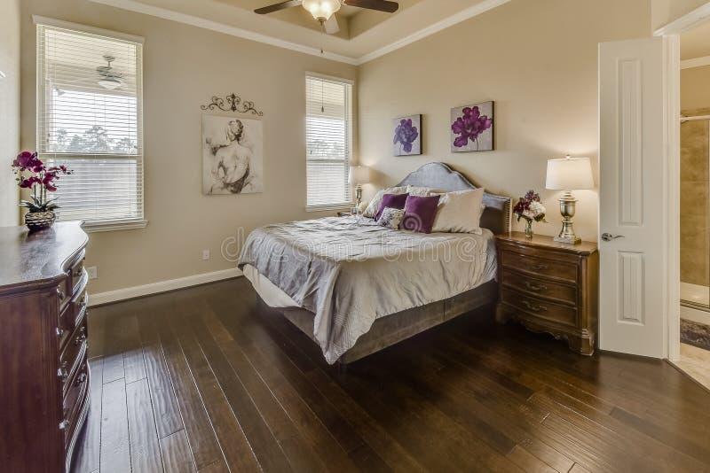 Nice en Sunny Master Bedroom royalty-vrije stock afbeeldingen