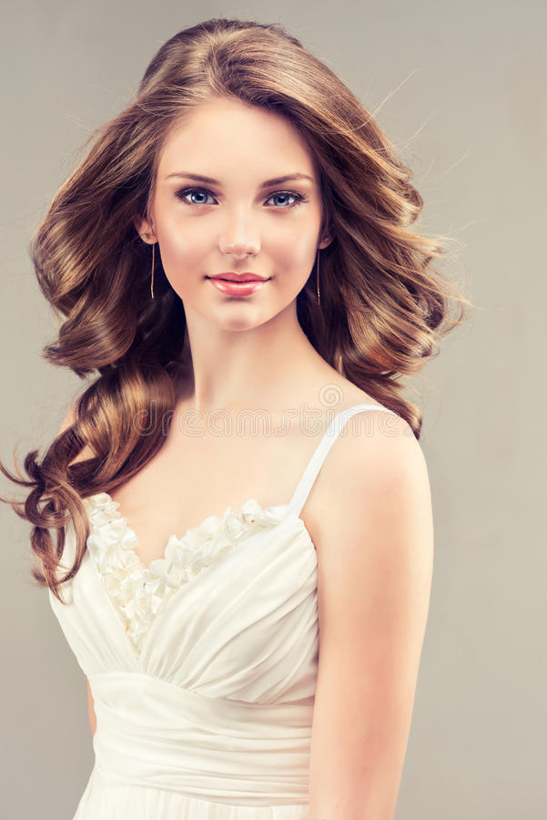Nice en teder kijkt van jong meisje royalty-vrije stock foto's