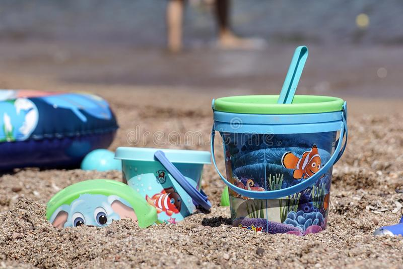 Nice, Frankrijk - 5 augustus 2017: Het speelgoed van het kinderen` s strand - emmers, spade en schop op zand op een zonnige dag stock foto