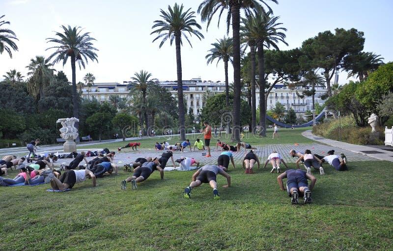 Nice, Frankrijk, 5 september: Groep die mensen geschiktheid in Jardin Albert I-er Park doen stock foto