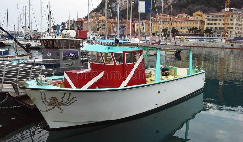 NICE FRANKRIKE - APRIL 2015: Färgrika fartyg i porten av Nice, Cote d'Azur, franska Riviera, Frankrike fotografering för bildbyråer