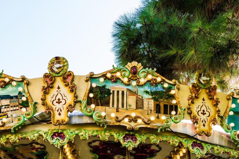 Nice Frankrike - 2019 En gammalmodig karusell i Nice, Frankrike royaltyfria foton