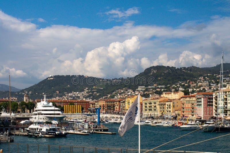 Nice Frankrike Maj 10, 2018 Sikt av stadens port från över Det maritima landskapet av de lyxiga fartygen för den blåa kusten fört royaltyfri fotografi