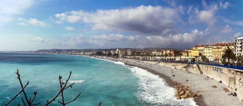 Nice Frankrike, mars 2019 panorama Azurt hav, vågor, engelsk promenad och vila för folk Vila och avkoppling vid havet På a arkivbilder