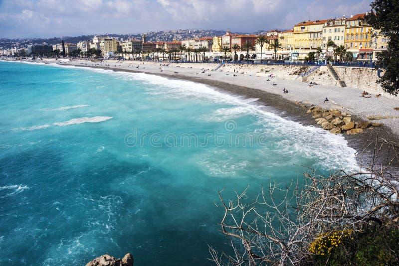 Nice Frankrike, mars 2019 panorama Azurt hav, vågor, engelsk promenad och vila för folk Vila och avkoppling vid havet På a royaltyfri fotografi