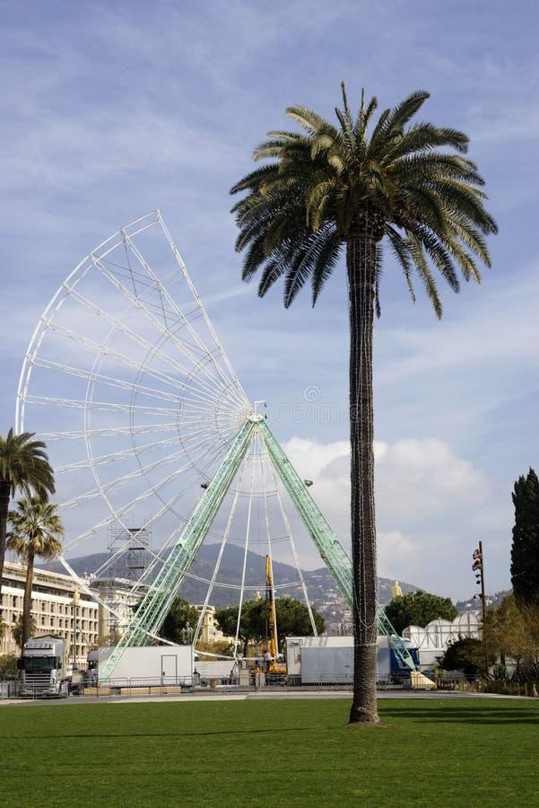 Nice Frankrike, mars 2019 Turisters är favorit- ställe sikthjulet som demonteras för reparation i den franska staden av Nice varm royaltyfria foton