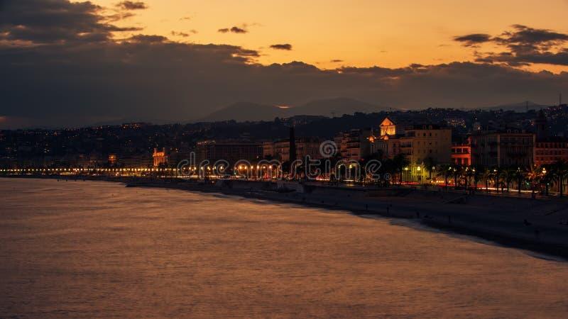 Nice Frankrike: nattsikt av den gamla staden, Promenade des Anglais arkivbild