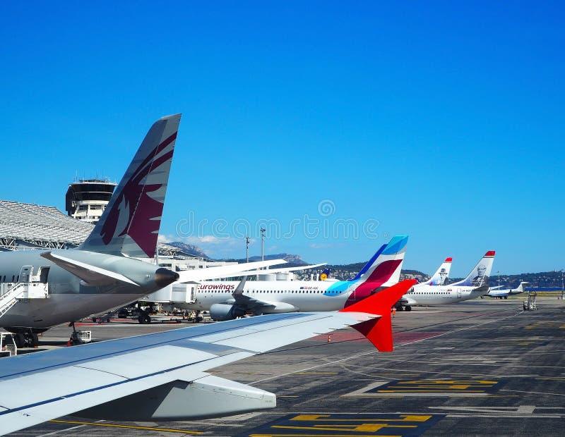 NICE FRANKRIKE - September 2017 Flygplanet genomgår preflight service i den trevliga CÃ'ten D 'Azur Airport, franska riviera arkivbild