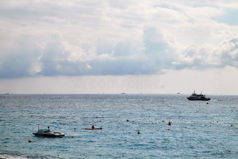 Nice Frankrike - September 23, 2018: Sikt till havet, den blåa himlen, de vita molnen och skeppen på en solig dag fotografering för bildbyråer