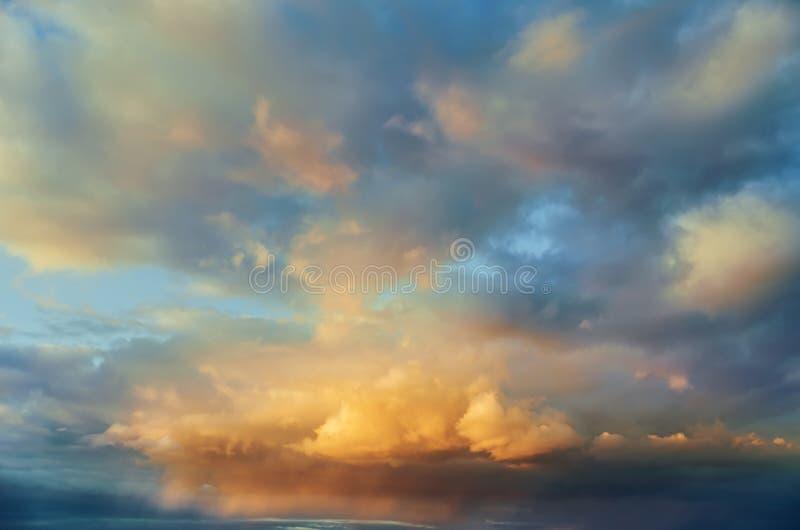 Nice kleurt wolken in zonsondergang royalty-vrije stock foto's