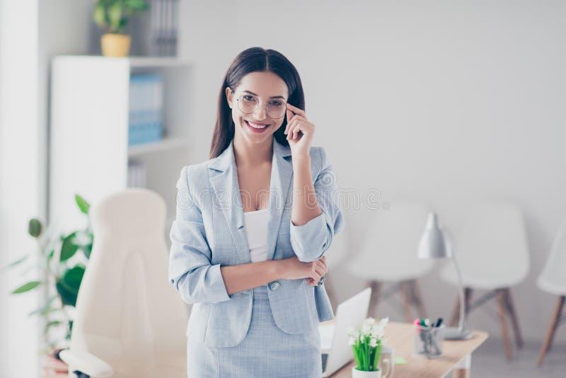 Nice, leuke accountant die zich in het werkplaats dichtbij haar Desktop bevinden, h stock foto's