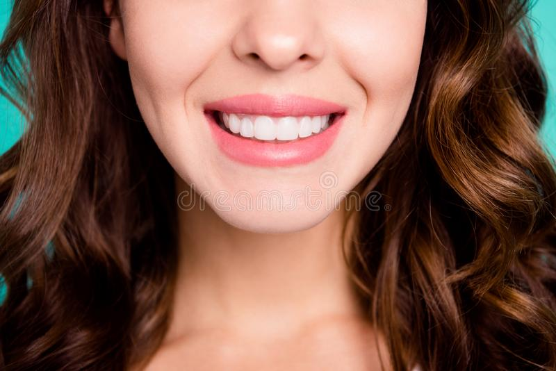 nice-looking健康完善的白快乐的爽快微笑的有波浪头发的女孩播种的特写镜头视图画象被隔绝 图库摄影