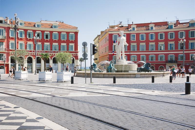 Nice, Provance, Alpes, Kooi D 'Azur, Frans 31 Juli, 2018; Vierkante Massena met de rode bouw en fontein royalty-vrije stock afbeeldingen