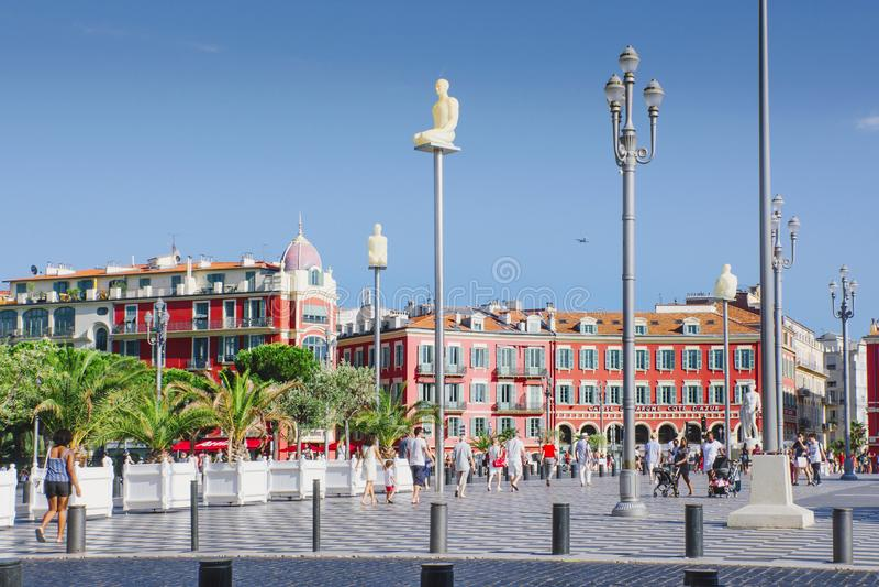 Nice, Provance, Alpes, Kooi D 'Azur, Frans 31 Juli, 2018; Vierkante Massena met de rode bouw en straatlantaarns Toeristen op de s stock foto's