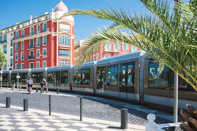 Nice, Provance, Alpes, Kooi D 'Azur, Frans 31 Juli, 2018; Vierkante Massena met rood buildingPublic vervoer - tram op de weg stock foto