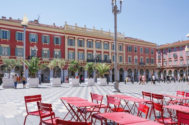 Nice, Provance, Alpes, Kooi D 'Azur, Frans 31 Juli, 2018; Weergeven van het vierkant van Plaatsmassena in Nice met rode lijsten i stock foto's