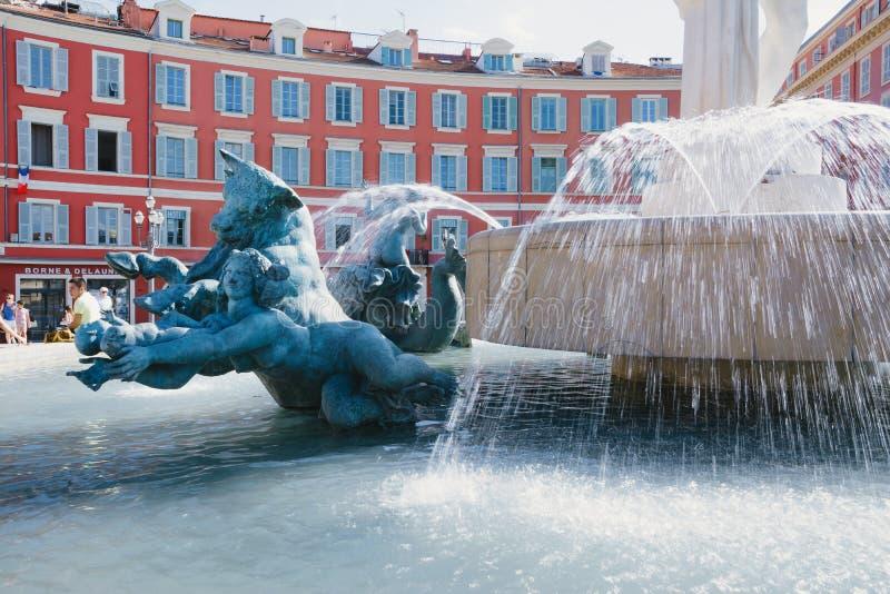 Nice, Provance, Alpes, Kooi D 'Azur, het Frans, 15 Augustus, 2018; Plaats Massena, vierkant en Fountain du Soleil met beeldhouwwe stock fotografie