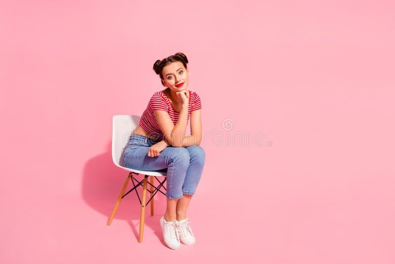 Nice-se den tonåriga flickan för attraktivt älskvärt glamoröst förtjusande trevligt älskvärt sken som bär randig tshirtjeans som  fotografering för bildbyråer