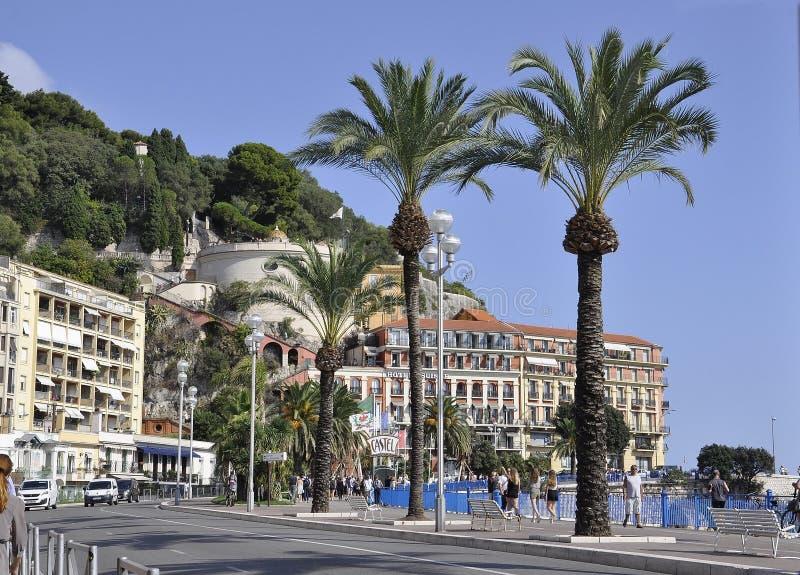 Nice, 5 september: De kade van Nice met Colline du Chateau van de oude stad van Franse Riviera stock foto's
