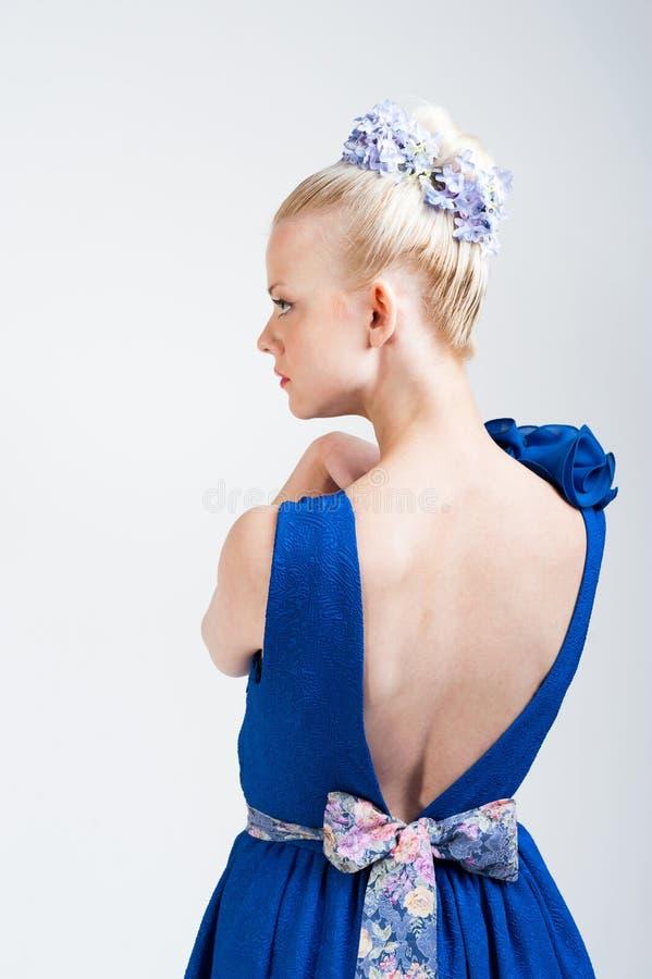 Nice som tillbaka ser flickan i ljus klänning royaltyfri bild