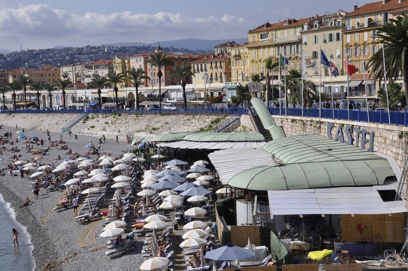 Nice 5th september: Offentlig strandpanorama från Nice av franska Riviera arkivbilder