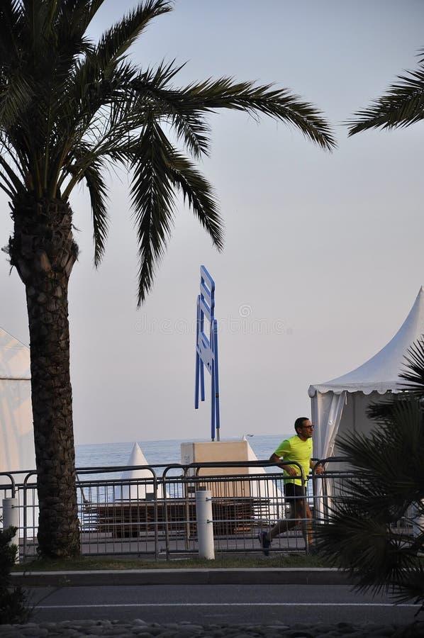 Nice 5th september: Sight med Le Stor Chaise Bleue vid afton från den Promenade des Anglais boulevarden i Metropola Nice arkivfoton