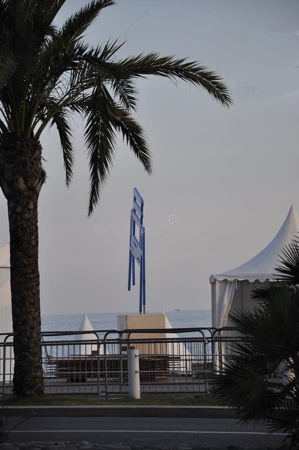Nice 5th september: Sight med Le Stor Chaise Bleue vid afton från den Promenade des Anglais boulevarden i Metropola Nice royaltyfri bild