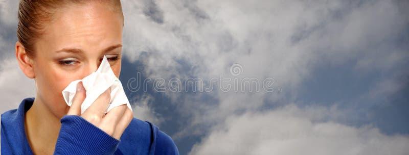 Nice une femme avec un froid photo stock