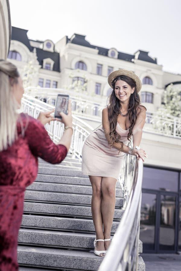 Nice verrukte vrouw die zich op de treden bevinden stock foto