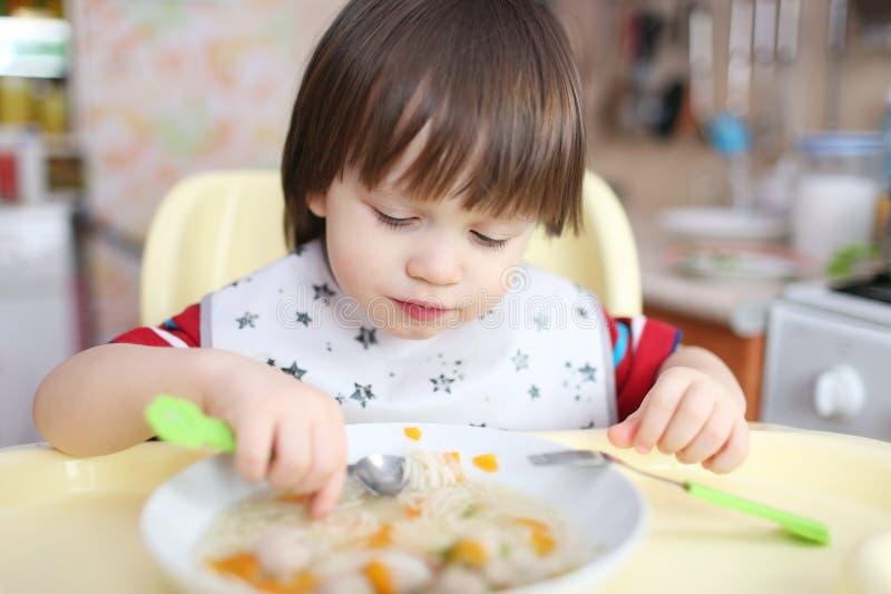 Nice weinig jongen eet soep royalty-vrije stock fotografie