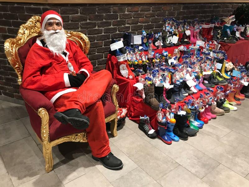 Nicholas czekanie z cukierkami w butach dla dzieci na Świątobliwym Nicholas dniu obrazy royalty free