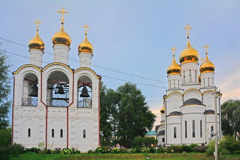 Nicholas The Wonderworker & x27; s-domkyrka, kyrka av halshuggningen av St John det baptistiskt med klockstapeln i Pereslavl-Zale royaltyfri fotografi