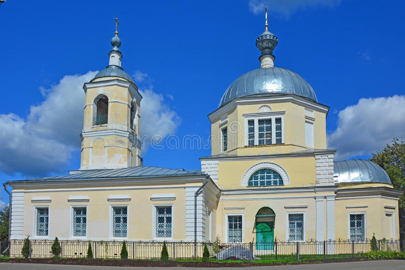 Nicholas The Wonderworkers kyrka med belltower i den Torzhok staden arkivbild