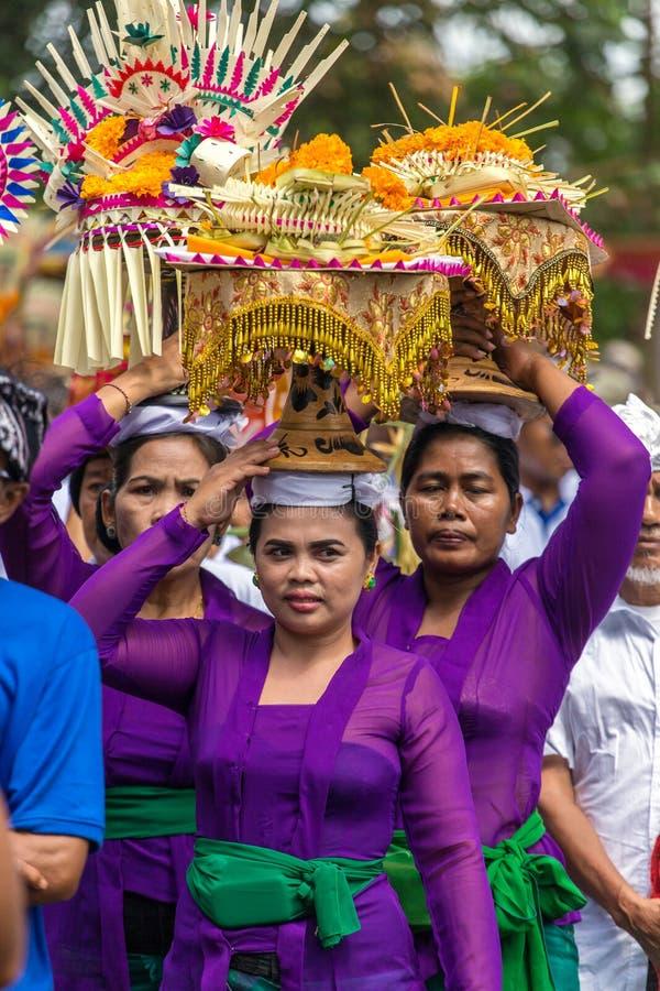 Nicht identifizierte Balinesefrauen mit Angeboten während der Zeremonie der königlichen Verbrennung in Ubud, Bali lizenzfreies stockbild