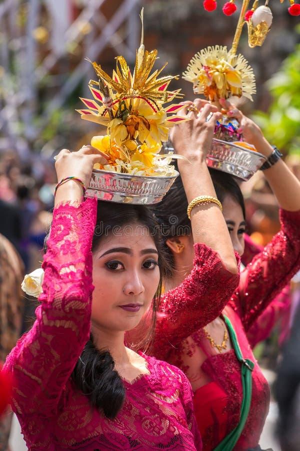 Nicht identifizierte Balinesefrauen mit Angeboten während der Zeremonie der königlichen Verbrennung in Ubud, Bali lizenzfreie stockfotografie