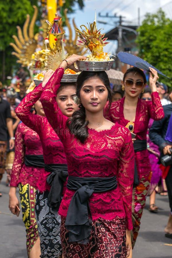 Nicht identifizierte Balinesefrauen mit Angeboten während der Zeremonie der königlichen Verbrennung in Ubud, Bali lizenzfreie stockbilder