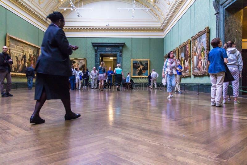 Nicht identifizierte Besucher in einer der Hallen des London-National Gallery lizenzfreies stockbild