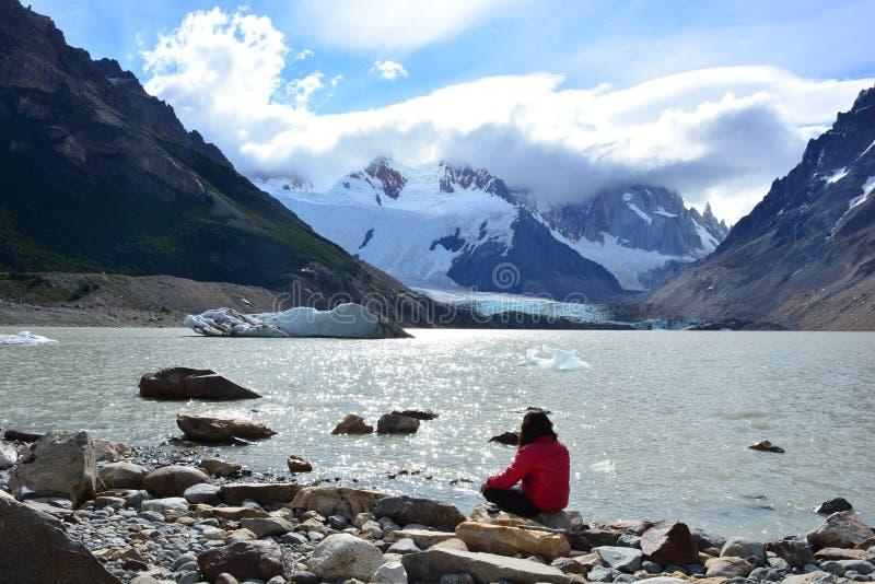 Nicht identifizierte Frau innerhalb des Nationalparks Los Glaciares, EL Chaltén, Argentinien lizenzfreie stockbilder