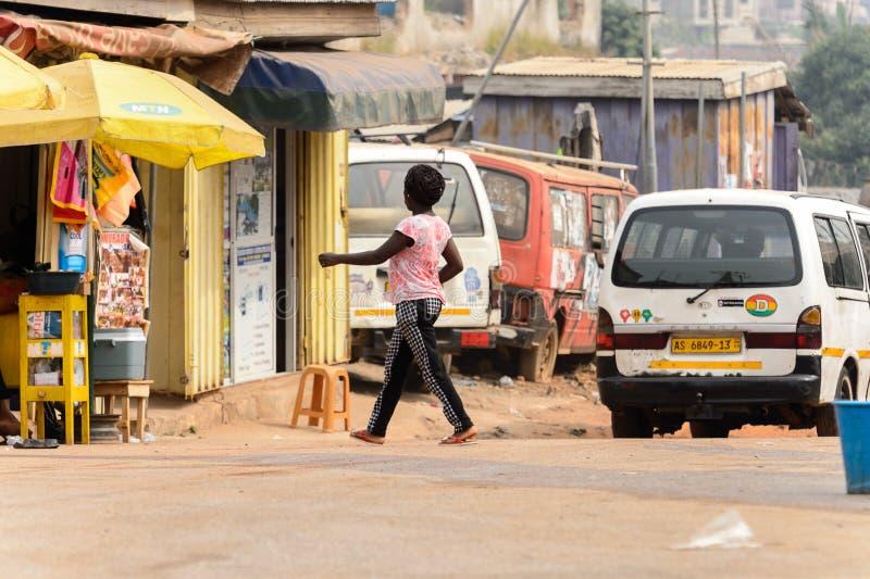 Nicht identifizierte ghanaische Frau mit Borten von hinten Wege zum Th lizenzfreie stockfotografie
