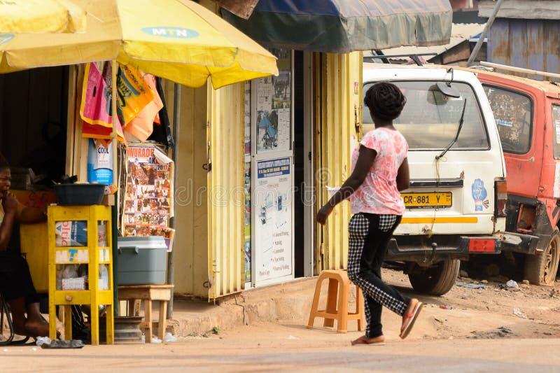 Nicht identifizierte ghanaische Frau mit Borten von hinten Wege zum Th stockbilder