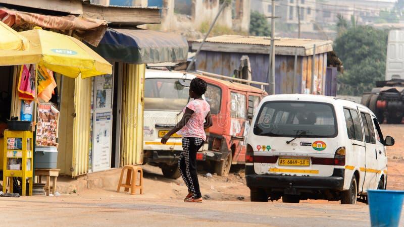 Nicht identifizierte ghanaische Frau mit Borten von hinten Wege zum Th stockfoto