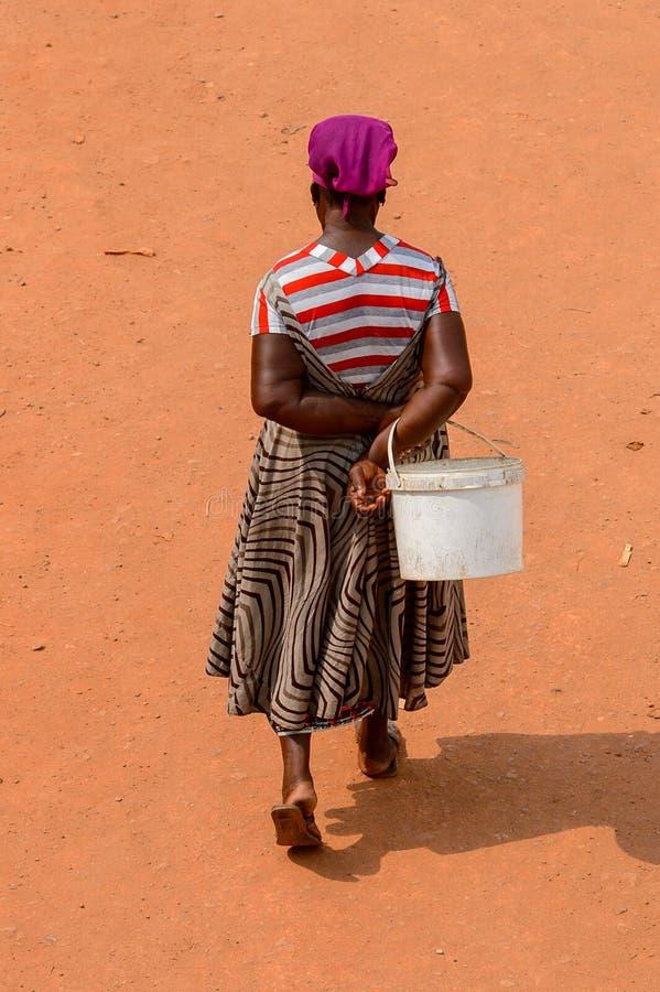 Nicht identifizierte ghanaische Frau von hinten Wege auf der Straße herein lizenzfreies stockbild