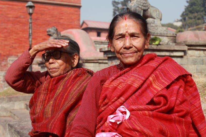 Nicht identifizierte hindische Pilger besuchen den Pashupathinath-Tempel lizenzfreies stockfoto
