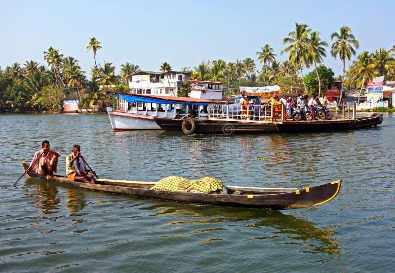 Nicht identifizierte Inder reisen durch Fähre in den Stauwassern lizenzfreie stockfotos
